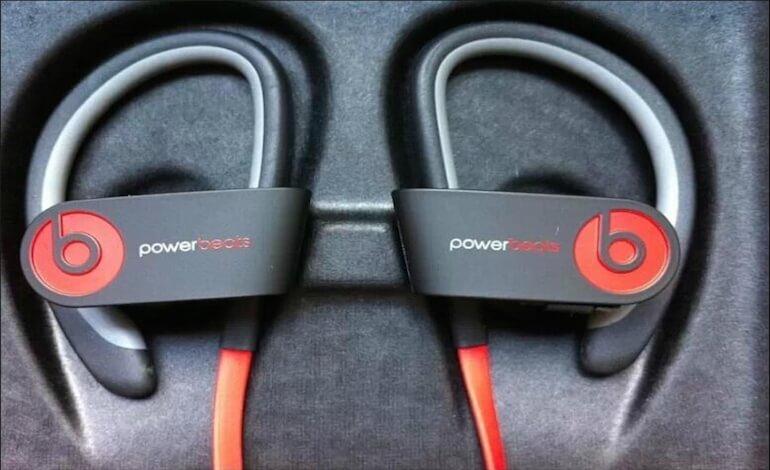 PowerBeats2 słuchawki w kolorach pasków od zegarka Apple Watch Sport.