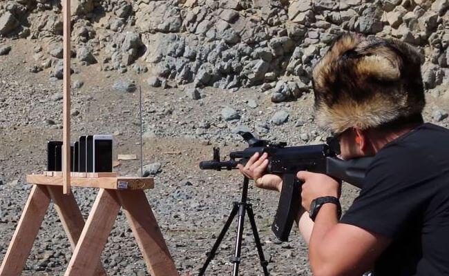 Ile potrzeba iPhone`ów by zatrzymać pocisk wystrzelony z AK-74?